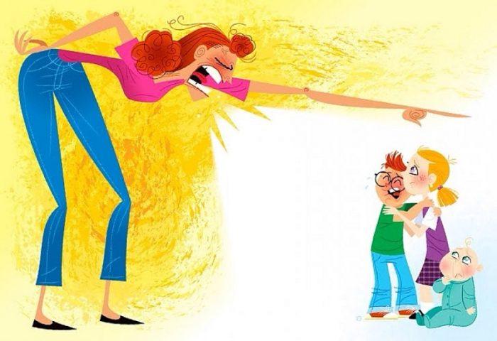 Женщина склонилась над детьми и орёт на них