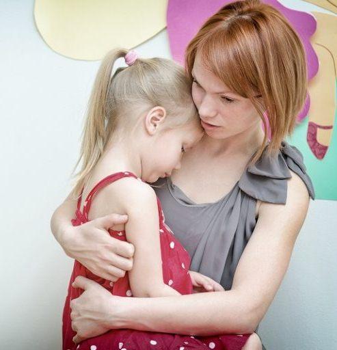 Мама обнимает девочку и разговаривает с ней