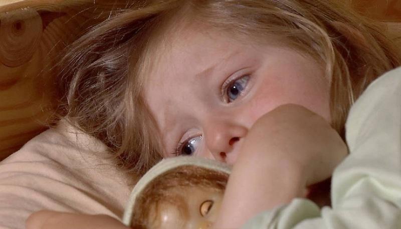 Ребёнок боится спать один: как решать проблему