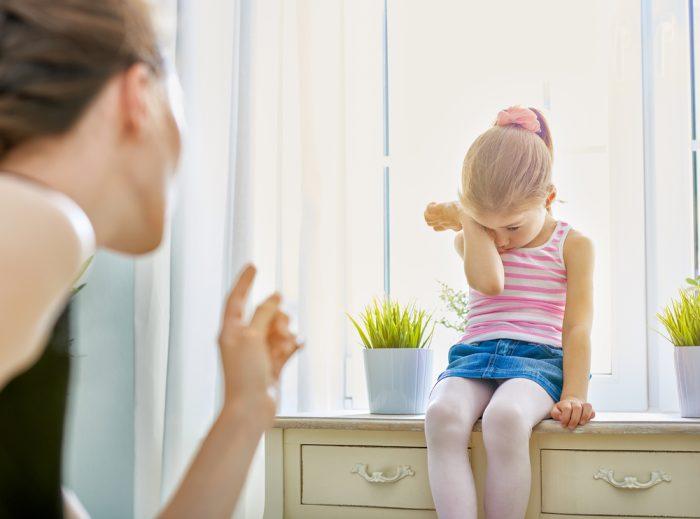 Мама вычитывает дочку и грозит ей пальцем