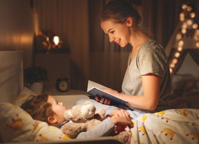 Мама читает ребёнку книжку перед сном