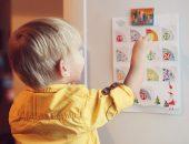 Мальчик изучает календарь