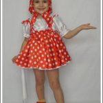 Девочка в косынке и красном сарафане в белый горошек
