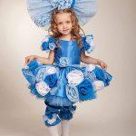 Девочка в голубом платье и с большим бантом на голове