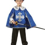 Мальчик одет в костюм мушкетёра