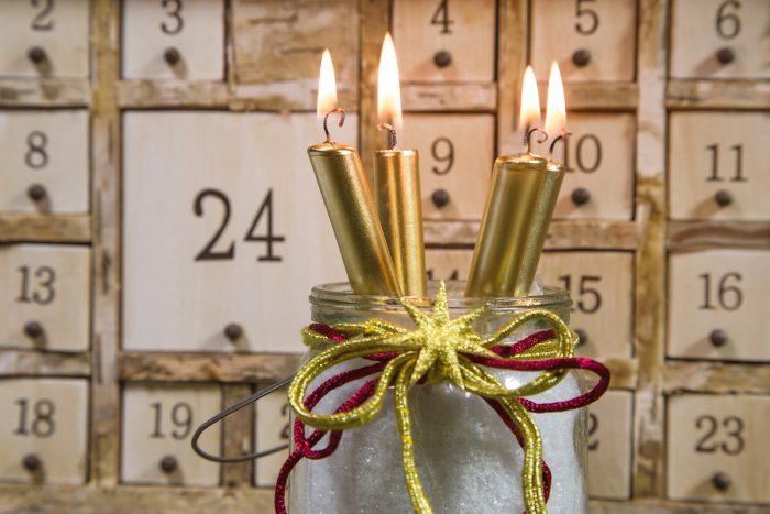 Свечи на фоне адвент-календаря