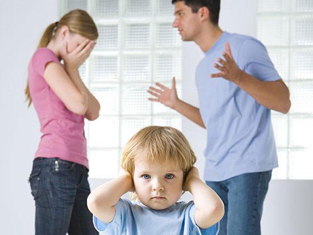 Родители выясняют отношения при маленьком ребёнке