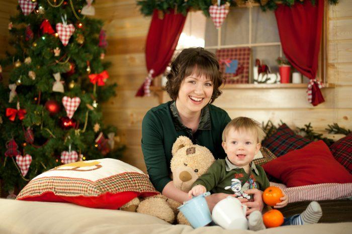 Мама с малышом возле ёлки