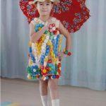 Девочка одета в платье из бутылочных крышек