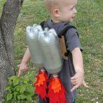 Мальчик с полиэтиленовыми бутылками в виде ракет