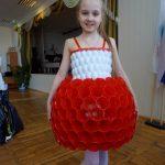 Девочка одета в платье из пластиковых стаканчиков