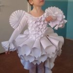 Девочка одета в платье, сделанное из бумаги