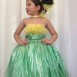 Девочка в платье из целлофановых пакетов