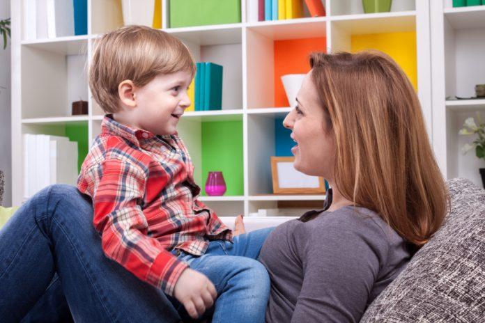 Мама с сыном проговаривают слова