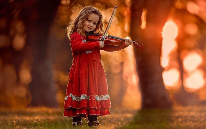 девочка держит скрипку