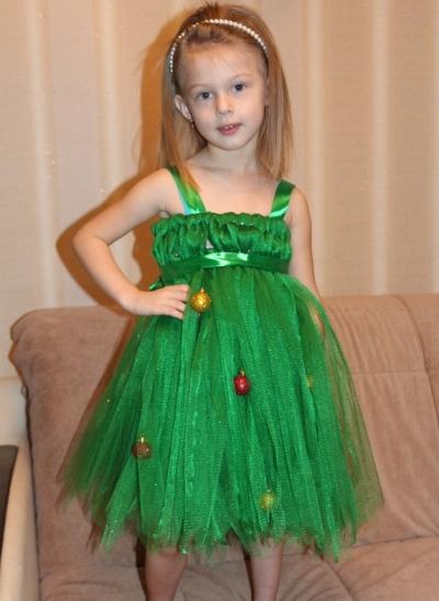 Девочка в костюме новогодней ёлки
