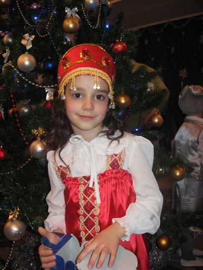 Девочка в русском национальном костюме