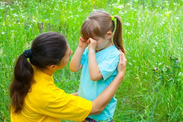 Мама разговаривает с девочкой, та трёт глаза кулачками