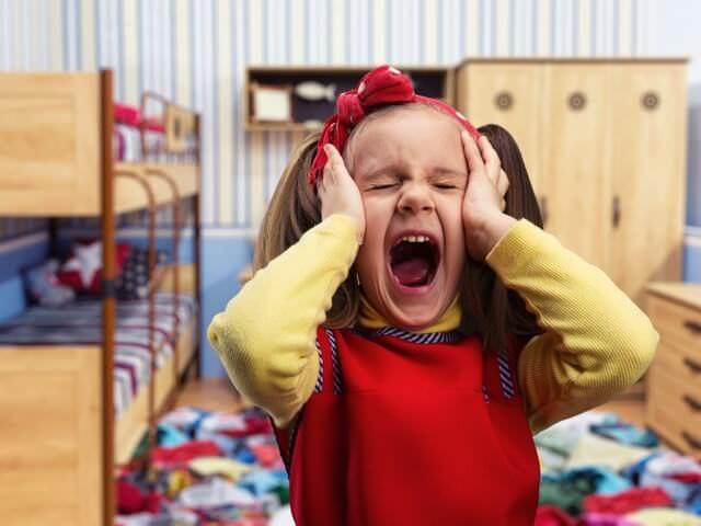 Девочка кричит одна в детской комнате