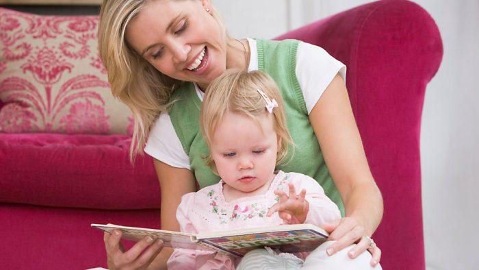 Мама с годовалой дочкой рассматривают книгу