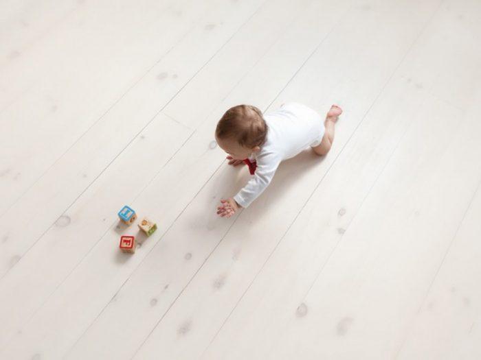 Ребёнок ползёт за игрушкой