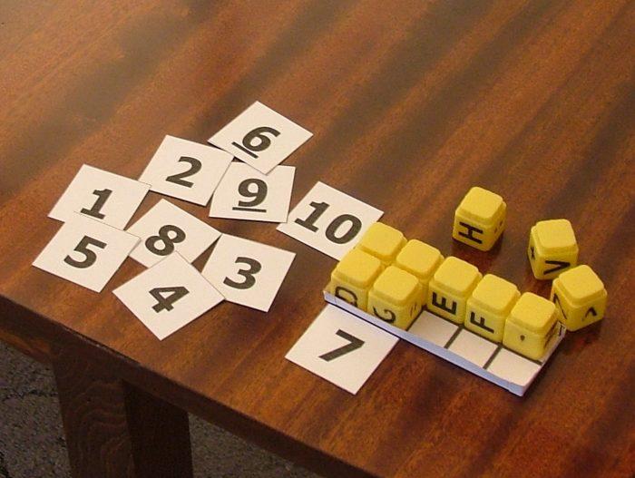 Игра с кубиками и карточками с цифрами