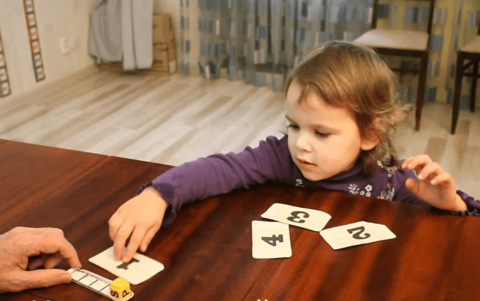 Девочка занимается по карточкам с цифрами