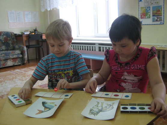 Дети на занятии по обучению грамоте в старшей группе