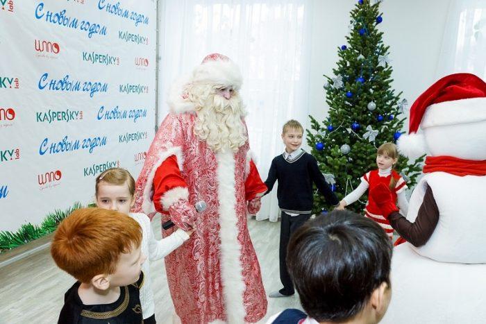 Дети и Дед Мороз водят хоровод у ёлки