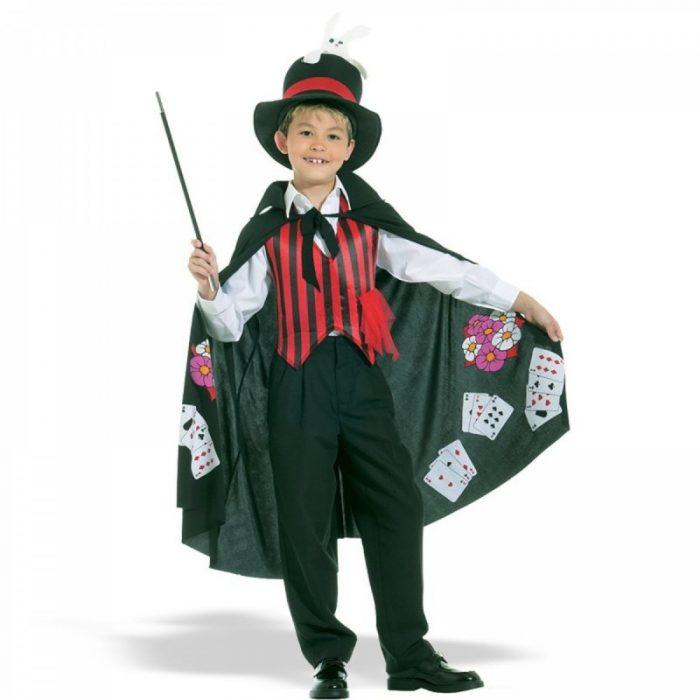 Мальчик в костюме фокусника