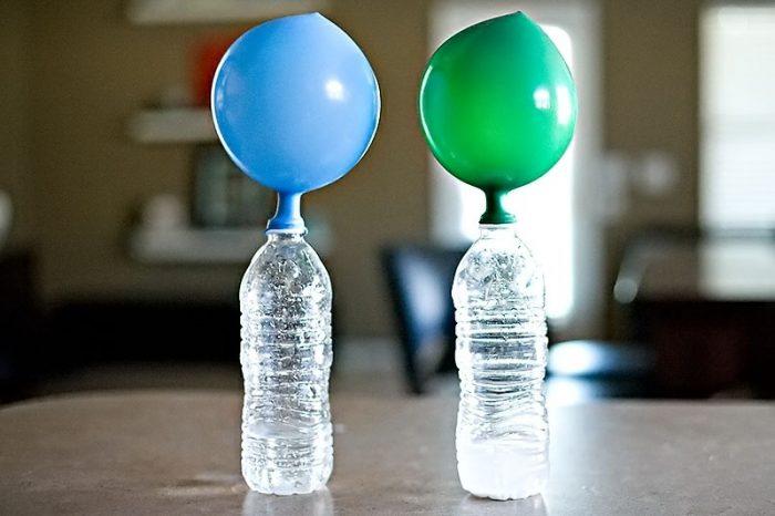 Воздушные шарики на бутылках с газированной водой