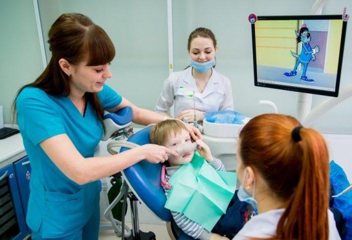 Во время лечения зубов ребёнку в кабинете демонстрируются мультфильмы