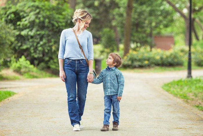 Мама с сыном идут по дороге