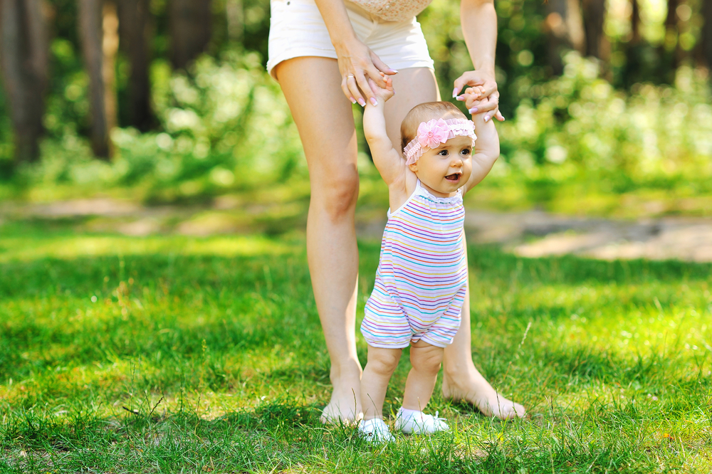 Картинки первые шаги младенца
