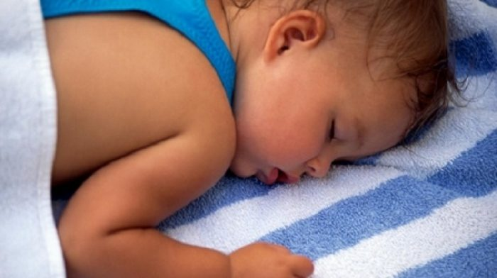 У спящего младенца потные волосики прилипают к голове