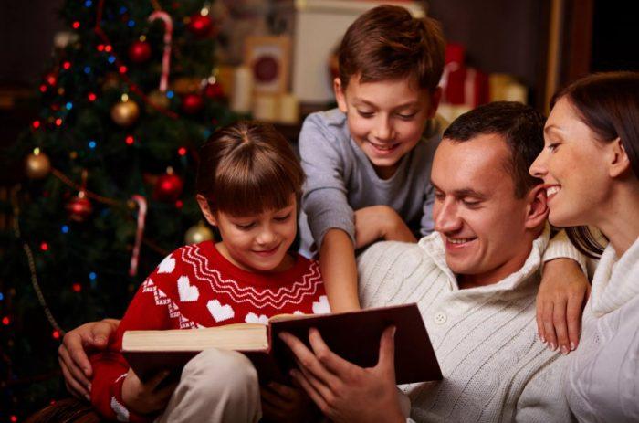Семья читает книгу в Новый год