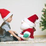 Мальчик и игрушечный Санта