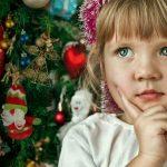 Девочка мечтает под Новый год
