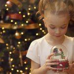 Девочка и снежный шар