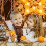 Дети с апельсинами на фотосессии