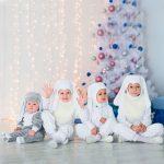 Четверо малышей в новогодней фотозоне
