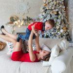 Мама и сын веселятся на новогодней фотосессии