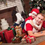 Папа и сын в новогодней фотозоне