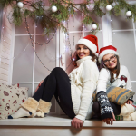 Мама и дочка в новогодней фотозоне