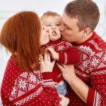 Родители и малыш на новогодней фотосессии