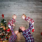 Весёлая новогодняя фотосессия семьи