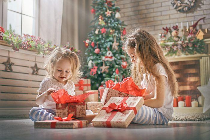 Девочки открывают подарки