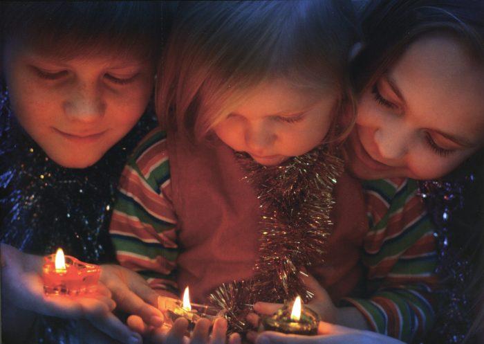 Семья и новогодние свечи