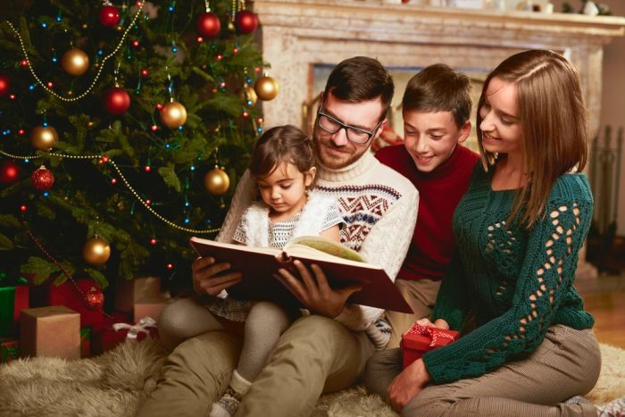 Семья читает новогоднюю сказку