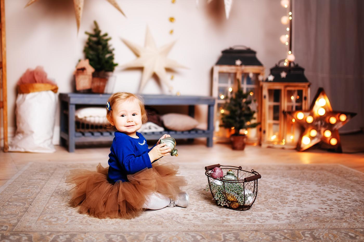 Девочка с новогодними атрибутами